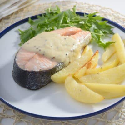 Запеченный лосось с картофелем и горчичным соусом