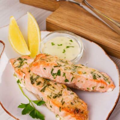 Запеченный лосось с сыром и зеленью - рецепт с фото