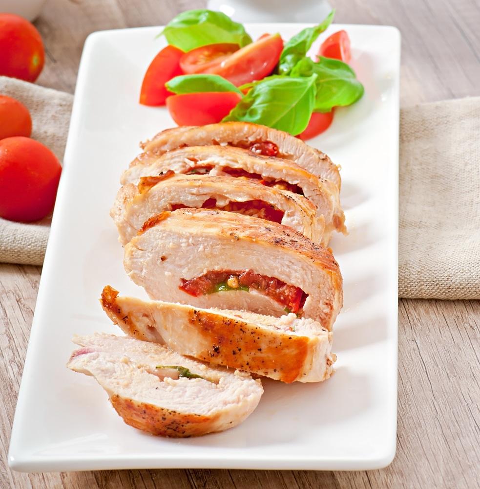 Жареная куриная грудка, фаршированная помидорами и чесноком