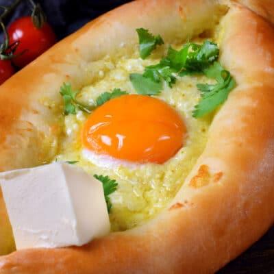 Домашний хачапури с яйцом и сыром