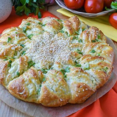 Дрожжевой пирог с чесноком и сыром