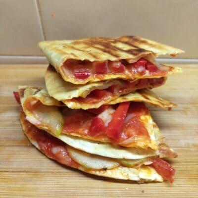 Такос с чоризо, болгарским перцем и огурцами - рецепт с фото