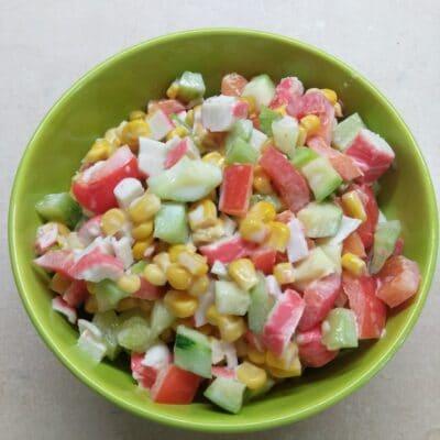 Салат с крабовыми палочками, кукурузой и свежими овощами - рецепт с фото