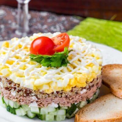 Слоенный салат с тунцом - рецепт с фото