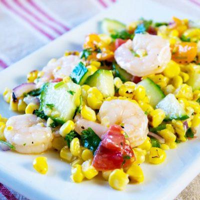 Салат с кукурузой-гриль, овощами и креветками - рецепт с фото