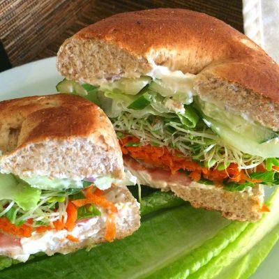 Чесночная булочка с овощами и творожным сыром - рецепт с фото