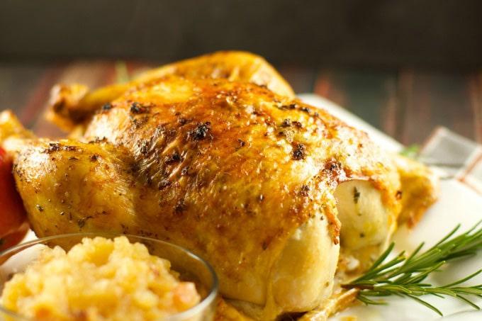 Петух (курица), запеченный с яблочным соусом