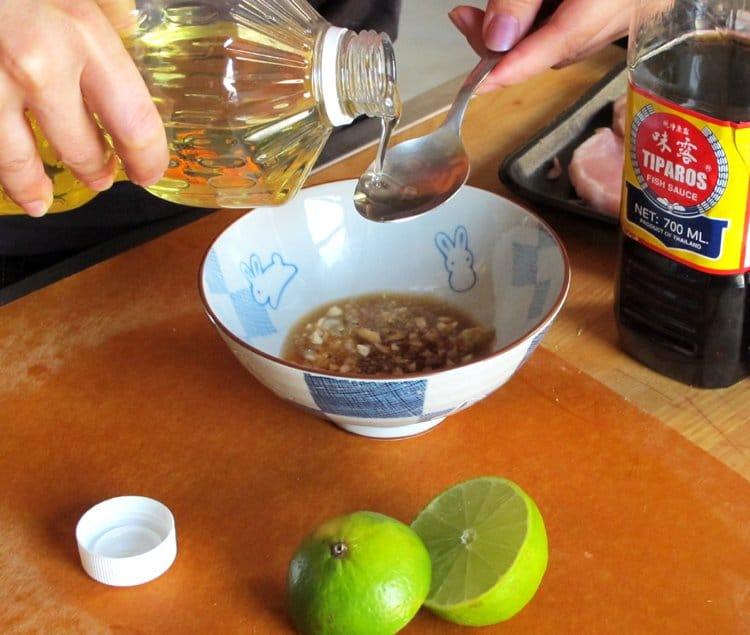 Фото рецепта - Свиные отбивные по вьетнамски с рисом и салатом - шаг 4