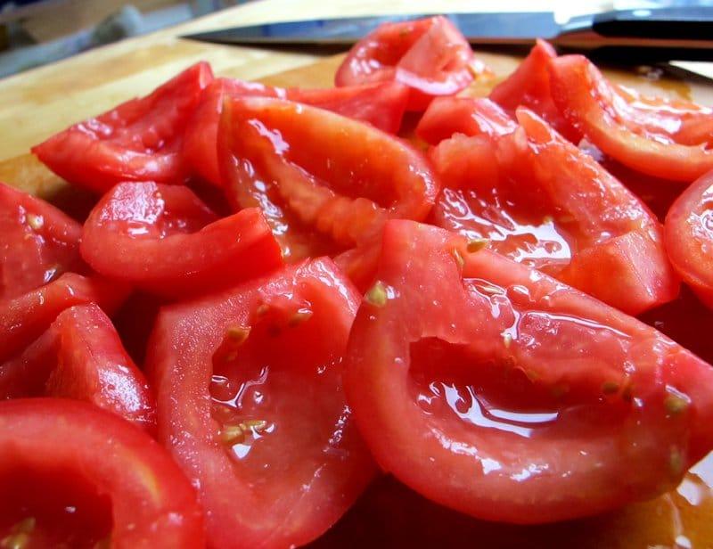 Фото рецепта - Спагетти с оливками и помидорами в сливочном соусе - шаг 2