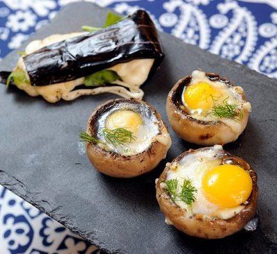 Шампиньоны, запеченные с перепелиным яйцом - рецепт с фото