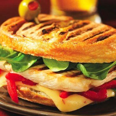 Сэндвич с курицей гриль, перцем и шпинатом - рецепт с фото