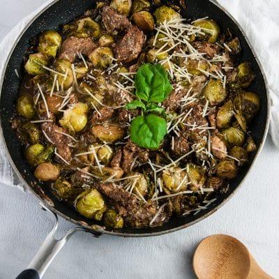 Тушеные кусочки куриной грудки с брюссельской капустой - рецепт с фото