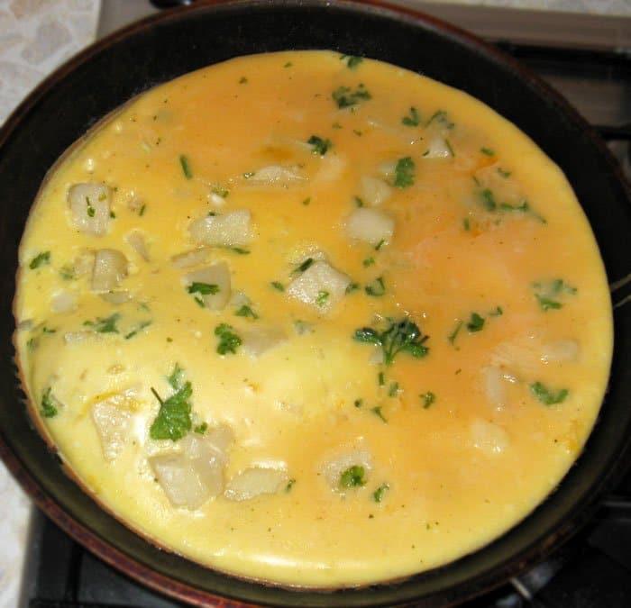 Яичница с картофелем и луком - рецепт с фото