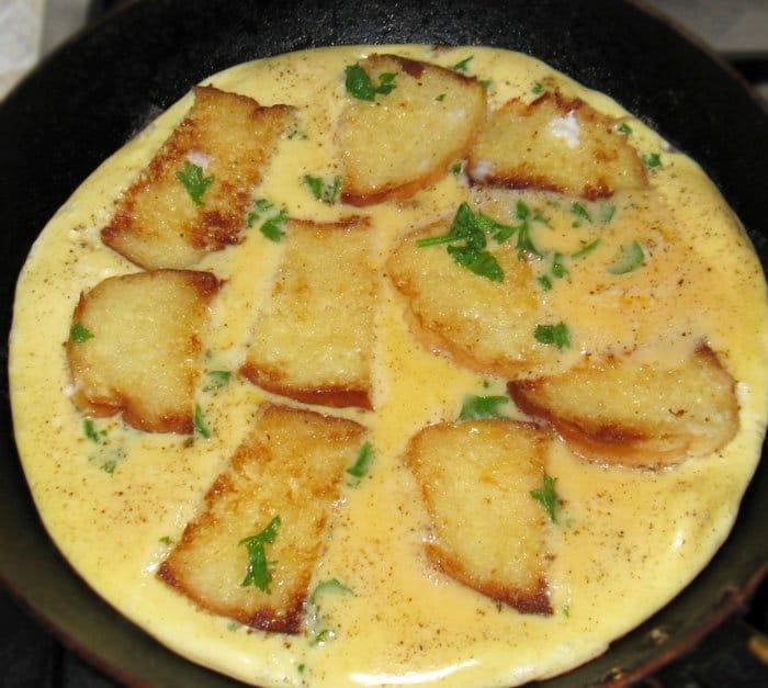 Омлет с хлебом и сыром
