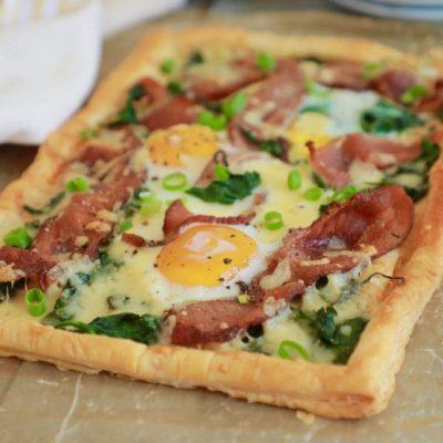 Закусочный пирог из слоеного теста с беконом и яйцами - рецепт с фото