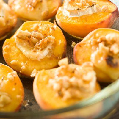 Запеченные персики с сыром Бри и орехами - рецепт с фото