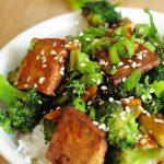 Жареная брокколи с сыром тофу на подушке из риса басмати
