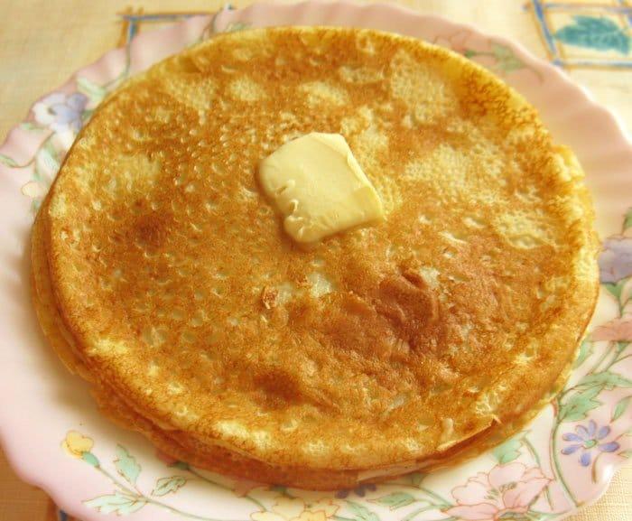 Фото рецепта - Блины на кефире со сметаной и малиновым джемом - шаг 4