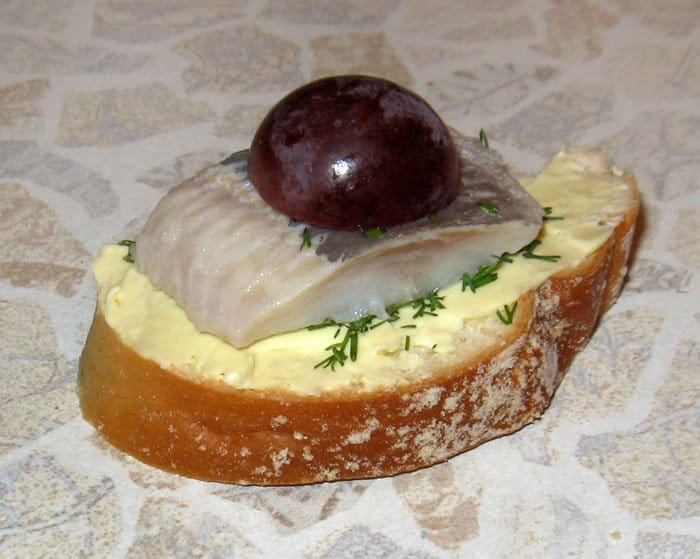 Фото рецепта - Бутерброды «Кораблик» - шаг 3