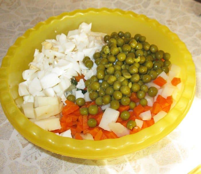 Фото рецепта - Салат Оливье классический с колбасой - шаг 7