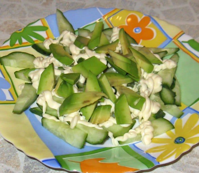 Фото рецепта - Салат с авокадо, огурцом и яйцом - шаг 4