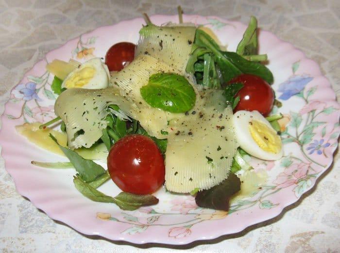 Салат с яйцами, помидорами черри и сыром - рецепт с фото