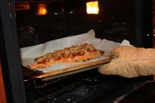 Фото рецепта - Форель, запеченная в духовке под томатным соусом с миндалем - шаг 4