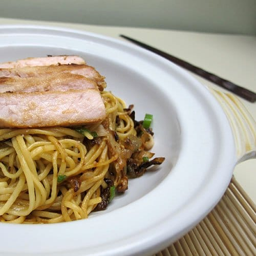 Азиатская лапша с маринованной свининой, дайконом, имбирем и зеленым луком