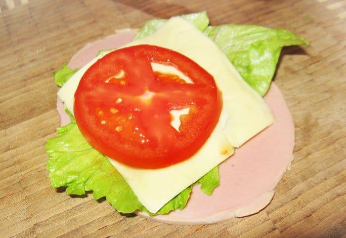 Фото рецепта - Рулетики с  помидором, сыром и салатом - шаг 1