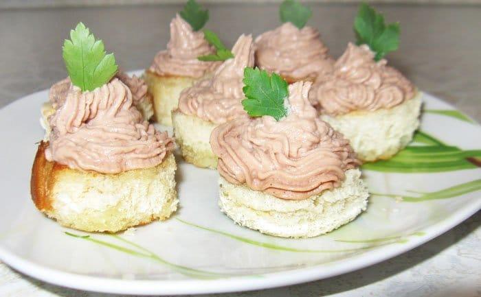Бутерброды с гусиным паштетом - рецепт с фото