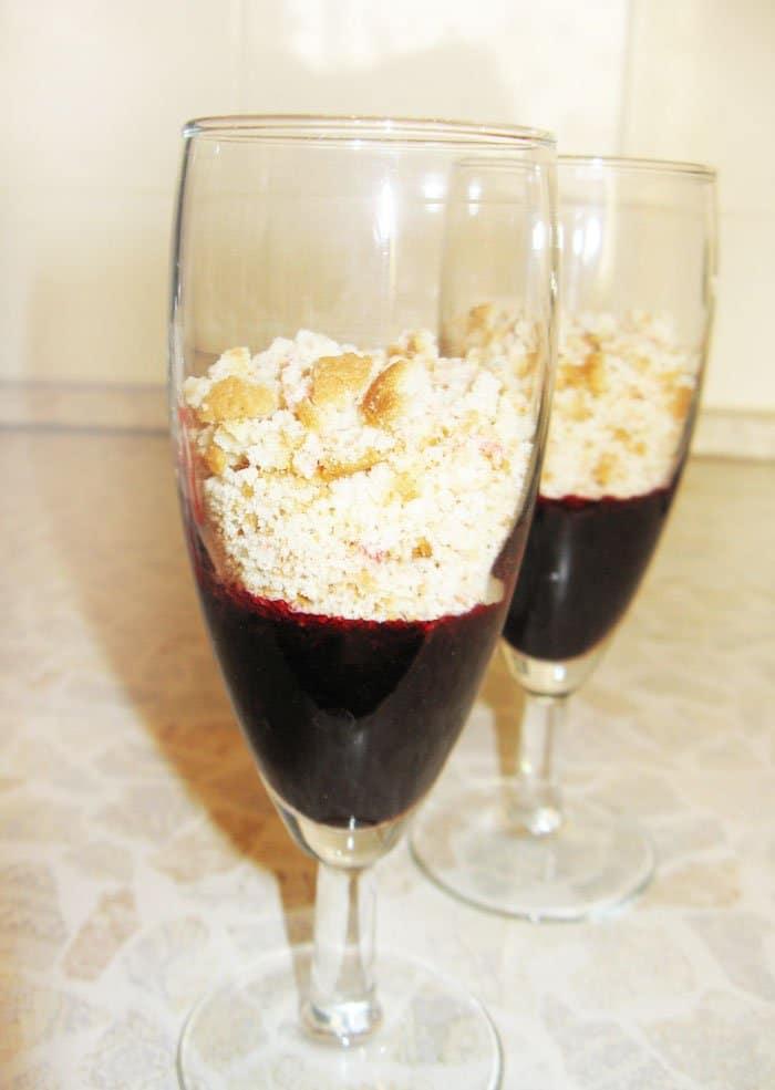 Фото рецепта - Десерт на двоих из мороженного с печеньем - шаг 4