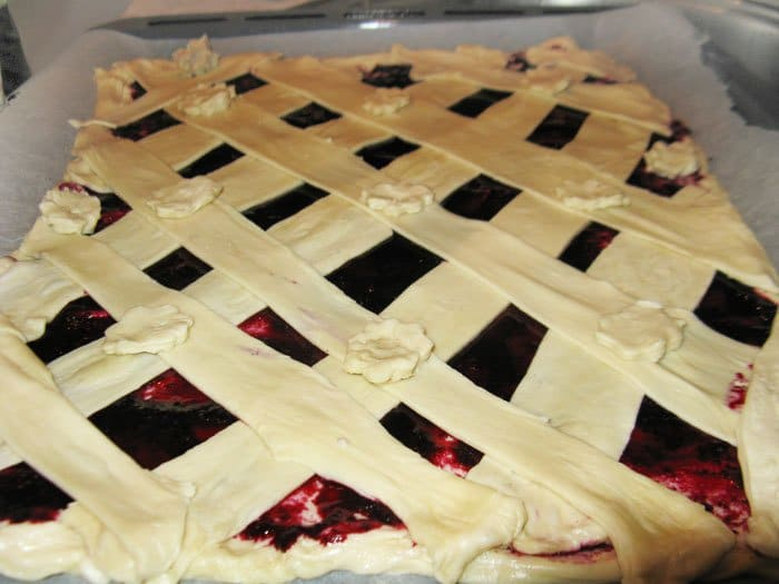 Фото рецепта - Дрожжевой слоеный пирог с вареньем - шаг 5