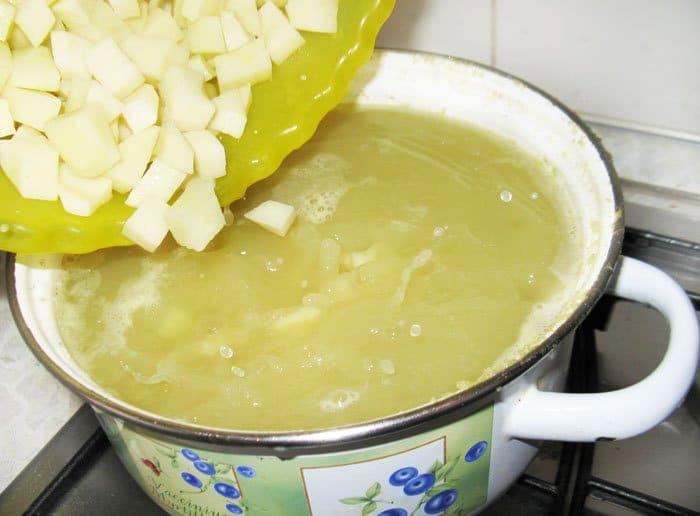 Фото рецепта - Гороховый суп с копченой колбаской - шаг 6