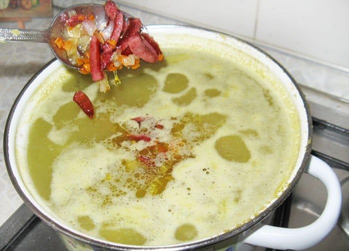 Фото рецепта - Гороховый суп с копченой колбаской - шаг 7