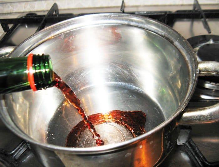 Фото рецепта - Груша в вине с мороженным и ягодами - шаг 1