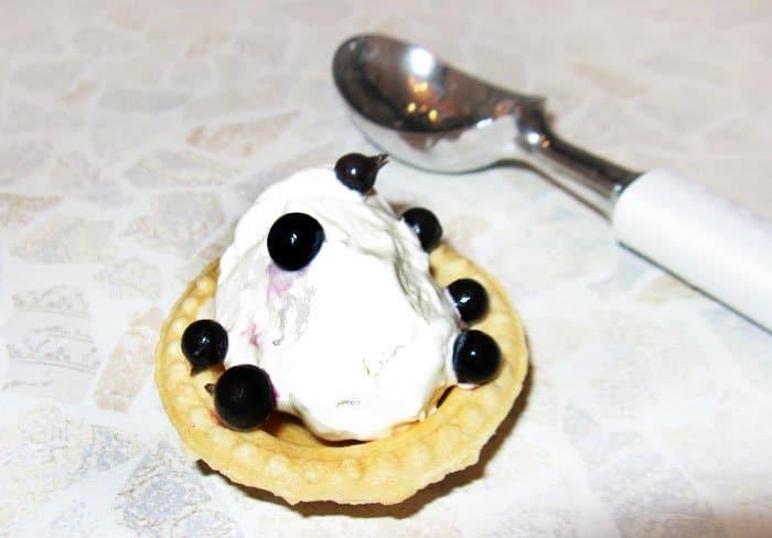 Фото рецепта - Груша в вине с мороженным и ягодами - шаг 5