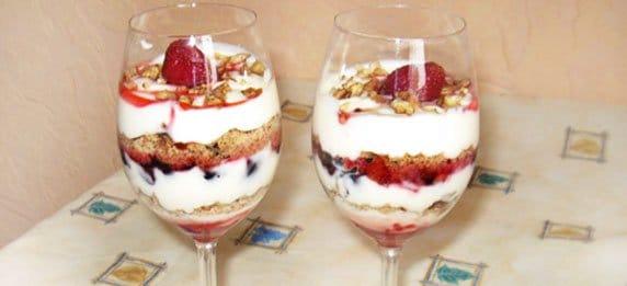 Простой  вкусный десерт из ягод и мороженого