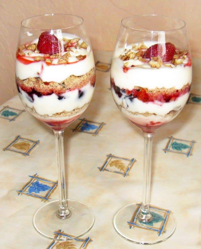 Простой и вкусный десерт из ягод и мороженого - рецепт с фото