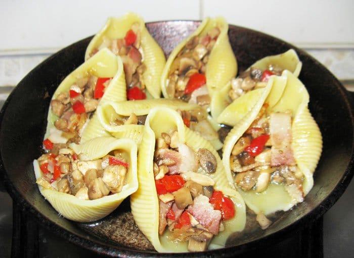 Фото рецепта - Тушеные конкильони с овощами и беконом - шаг 4