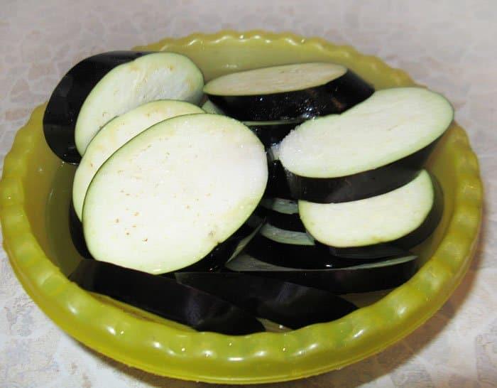 Фото рецепта - Баклажаны с сыром и помидорами из духовки - шаг 1