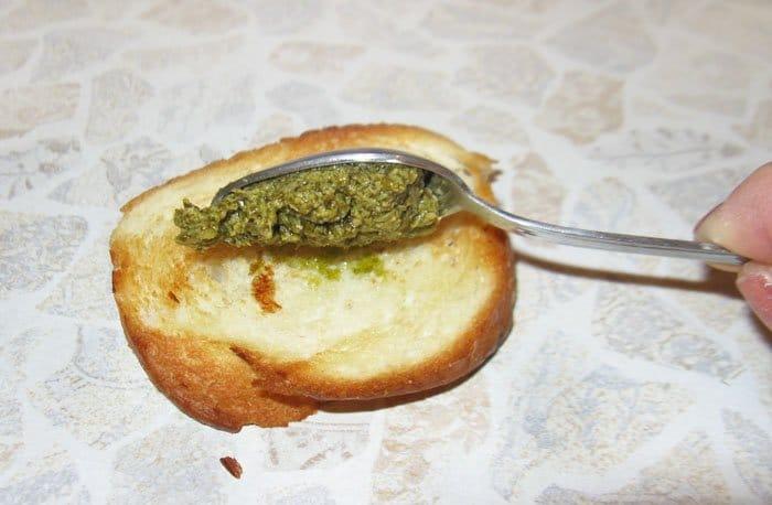 Фото рецепта - Брускетты с соусом Песто - шаг 3