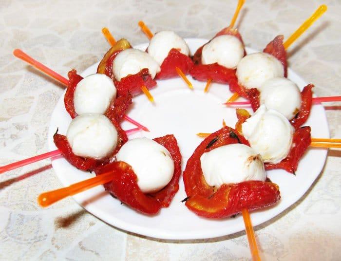 Фото рецепта - Канапе из вяленых помидоров с моцареллой - шаг 3