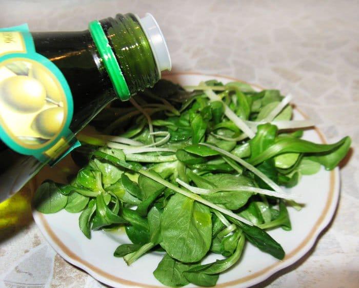 Фото рецепта - Салат по-итальянски с перцем, маслинами и черри - шаг 1