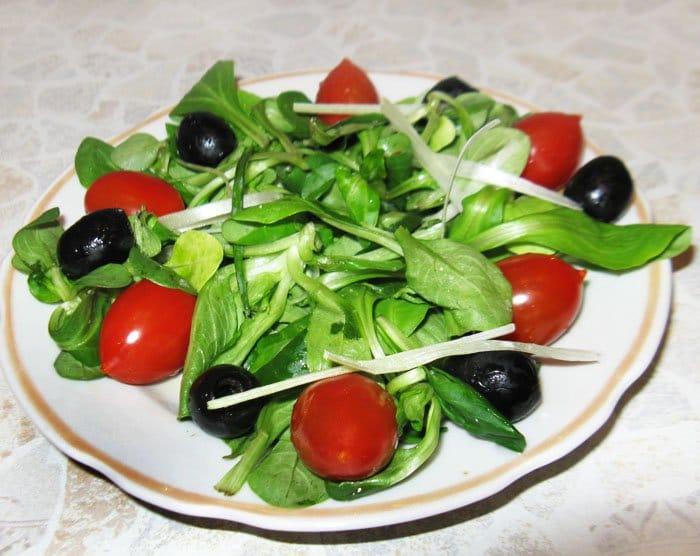 Фото рецепта - Салат по-итальянски с перцем, маслинами и черри - шаг 2