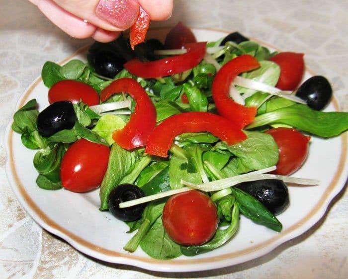 Фото рецепта - Салат по-итальянски с перцем, маслинами и черри - шаг 3