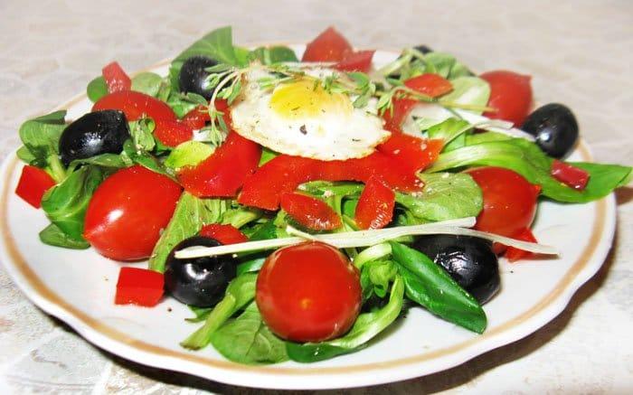 Салат по-итальянски с перцем, маслинами и черри
