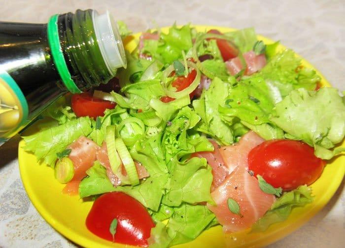 Фото рецепта - Салат с семгой и помидорами-черри - шаг 3