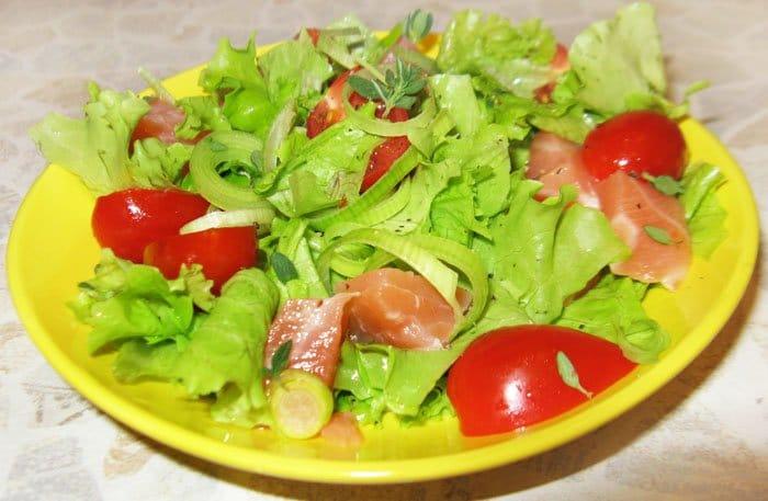 Салат с семгой и помидорами-черри - рецепт с фото