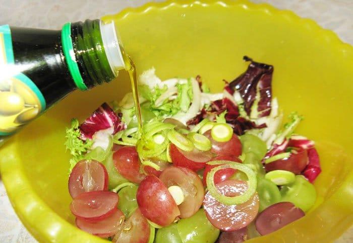 Фото рецепта - Салат с виноградом, эндивием и радичио - шаг 2
