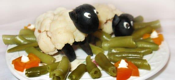 Украшение блюда Овечка из капусты